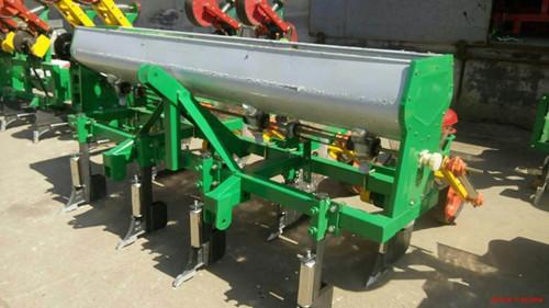 小四轮拖拉机带动玉米播种机